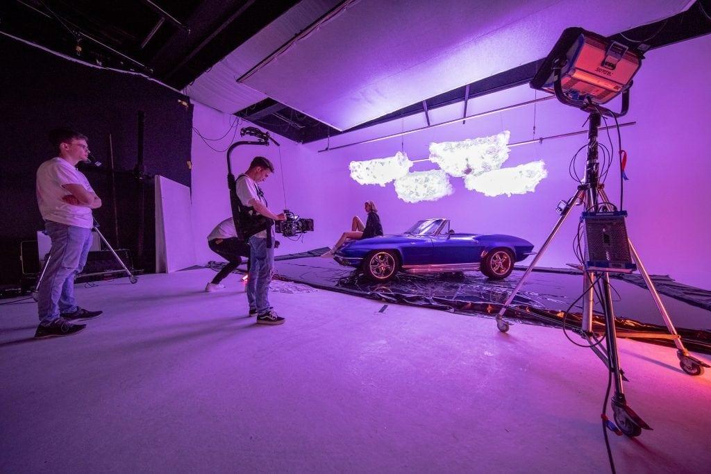Set eines Musikvideo-Drehs mit Auto