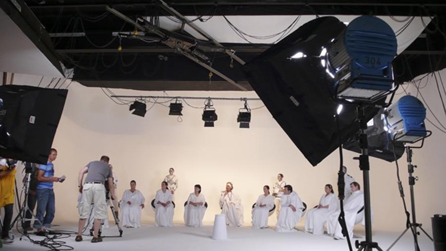 Making of eines Drehs mit weiß gekleideten Menschen